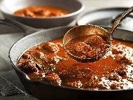 Попска яхния от телешко месо от шол с арпаджик, лук, чесън, домати и червено вино